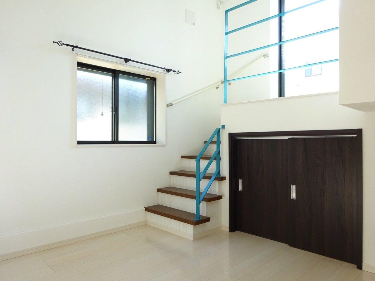 通常のロフトだと、その下はキッチンやお風呂の場合が多いですが、ここは収納スペースになっています。1階部分にも収納があるとやっぱり少し安心。