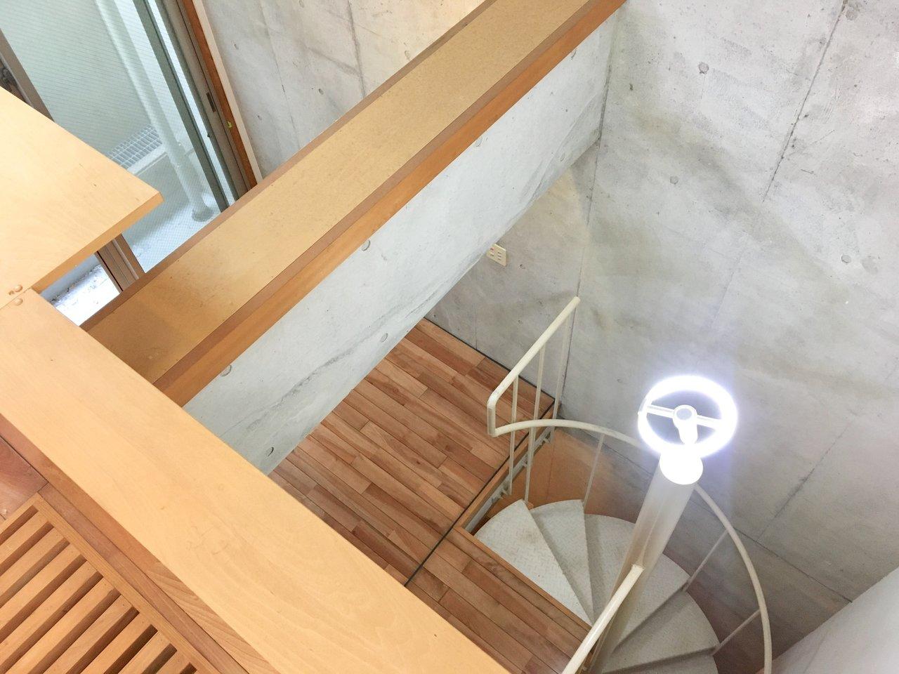 螺旋階段のあるお部屋ってかっこいいです。天井が高くて開放感ありますね。