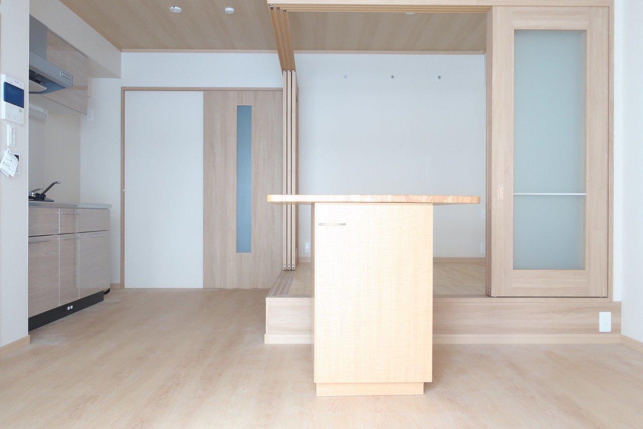 何だろう、ちょっとだけ感じる和の雰囲気がとてもイマドキな新築1LDKです。 真ん中にあるカウンターの中身はちょっとした棚になってます。
