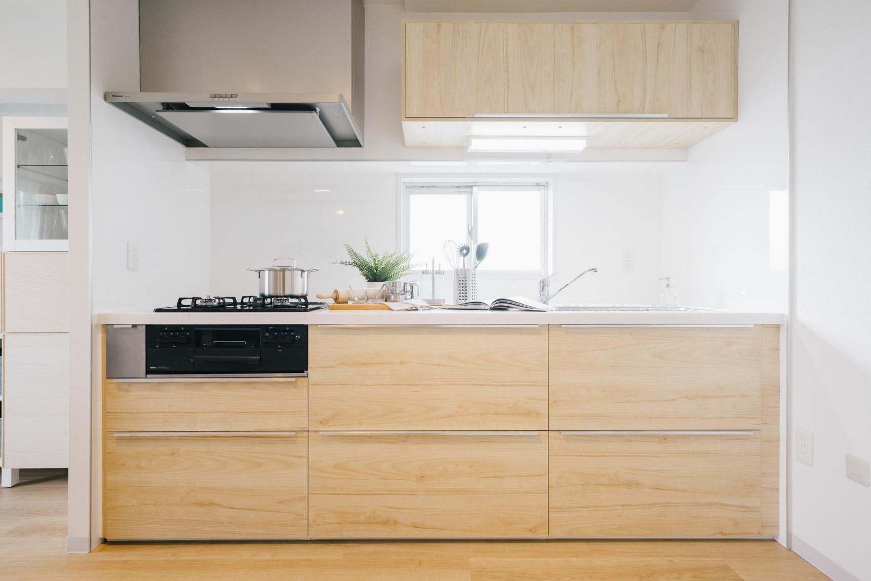 2DKのお部屋に付いているのは、木目調の明るい色合いのキッチン。