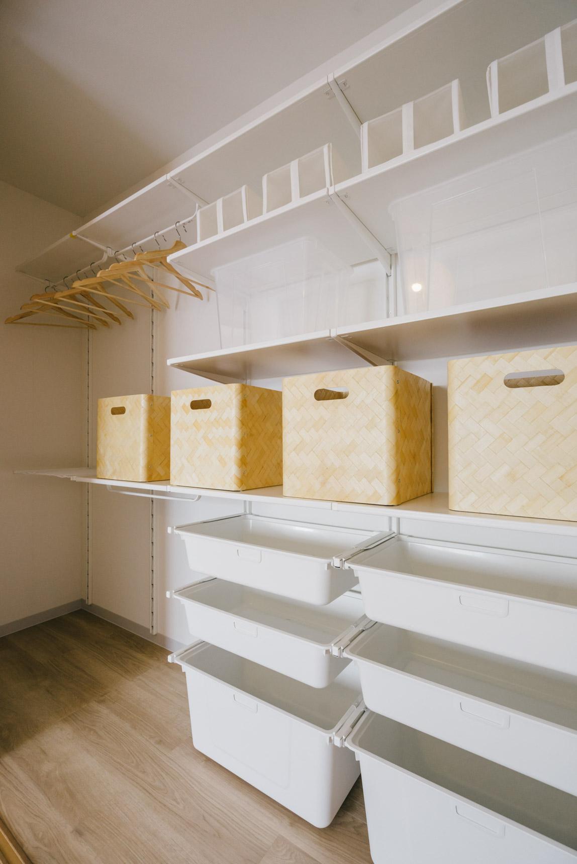嬉しかったのは、和室のクローゼット。天井まである大型収納には、イケアのアルゴートシステムが備え付け。自分でいろんな風にカスタマイズして使いたいですね。