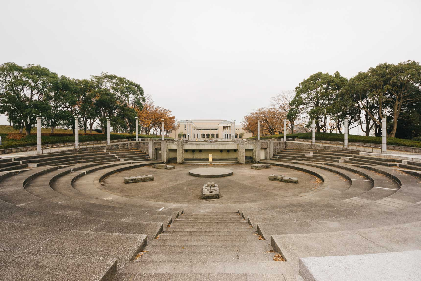 綺麗な銀杏並木を挟んですぐお隣に、サッカー場やラグビー場まで備える広大な神奈川県立保土ヶ谷公園があり、かなり緑豊かな環境です。