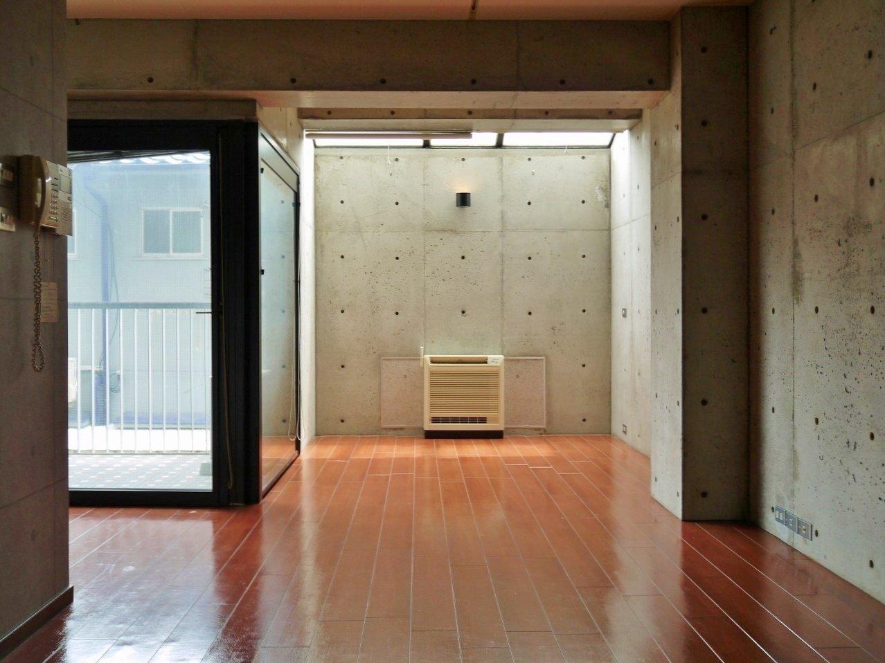 南向きのあたたかな光が差し込む室内は、なんと洋室17畳分もあります。収納スペースはないのですが、これだけ広ければ自分で工夫して収納コーナーを作っても、くつろげる場所は十分確保できそうです。