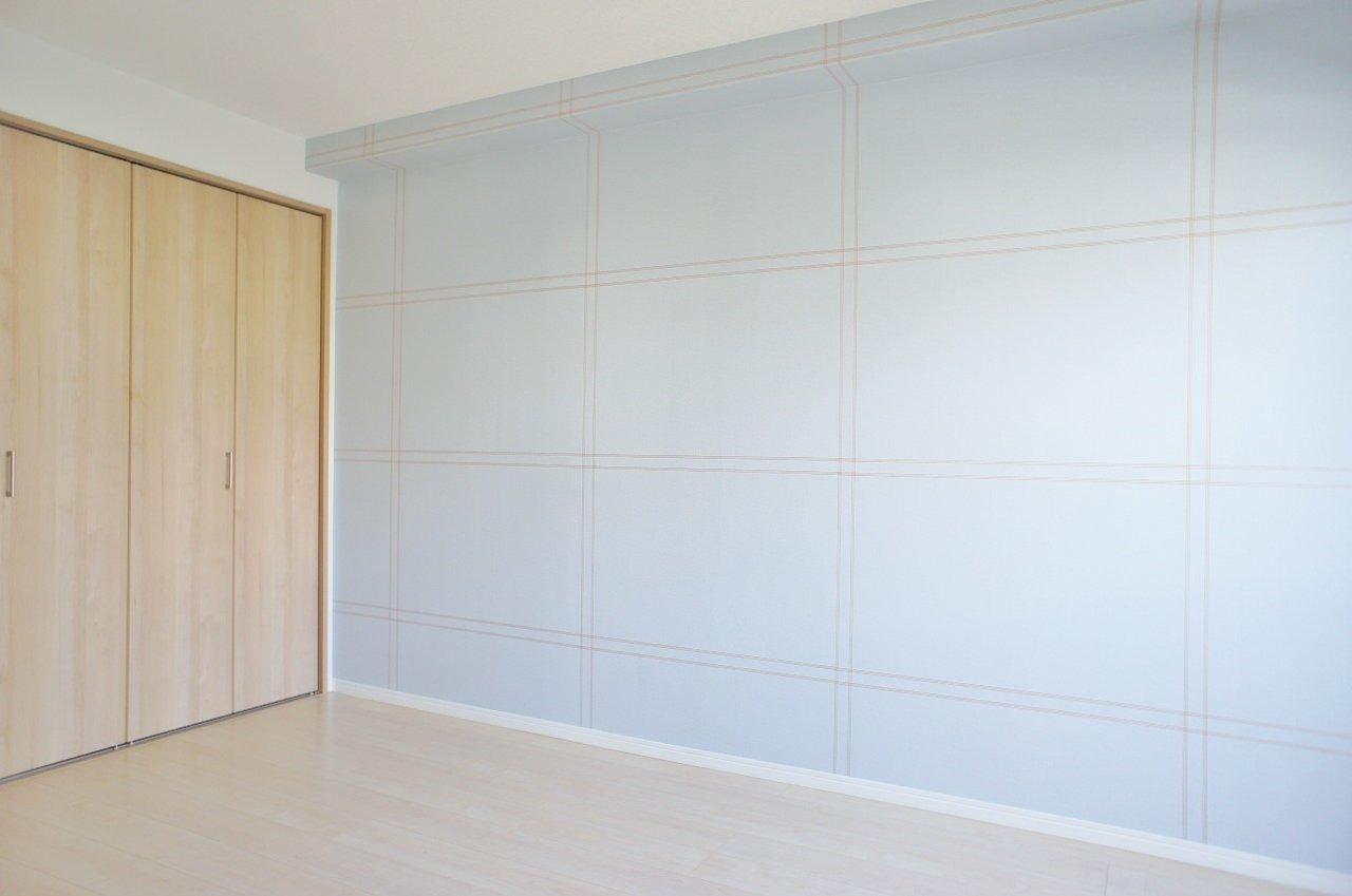 6畳側のお部屋の壁紙はこんな感じ。随所に入居者の方への配慮が感じられる、きれいなお部屋ばかりです。