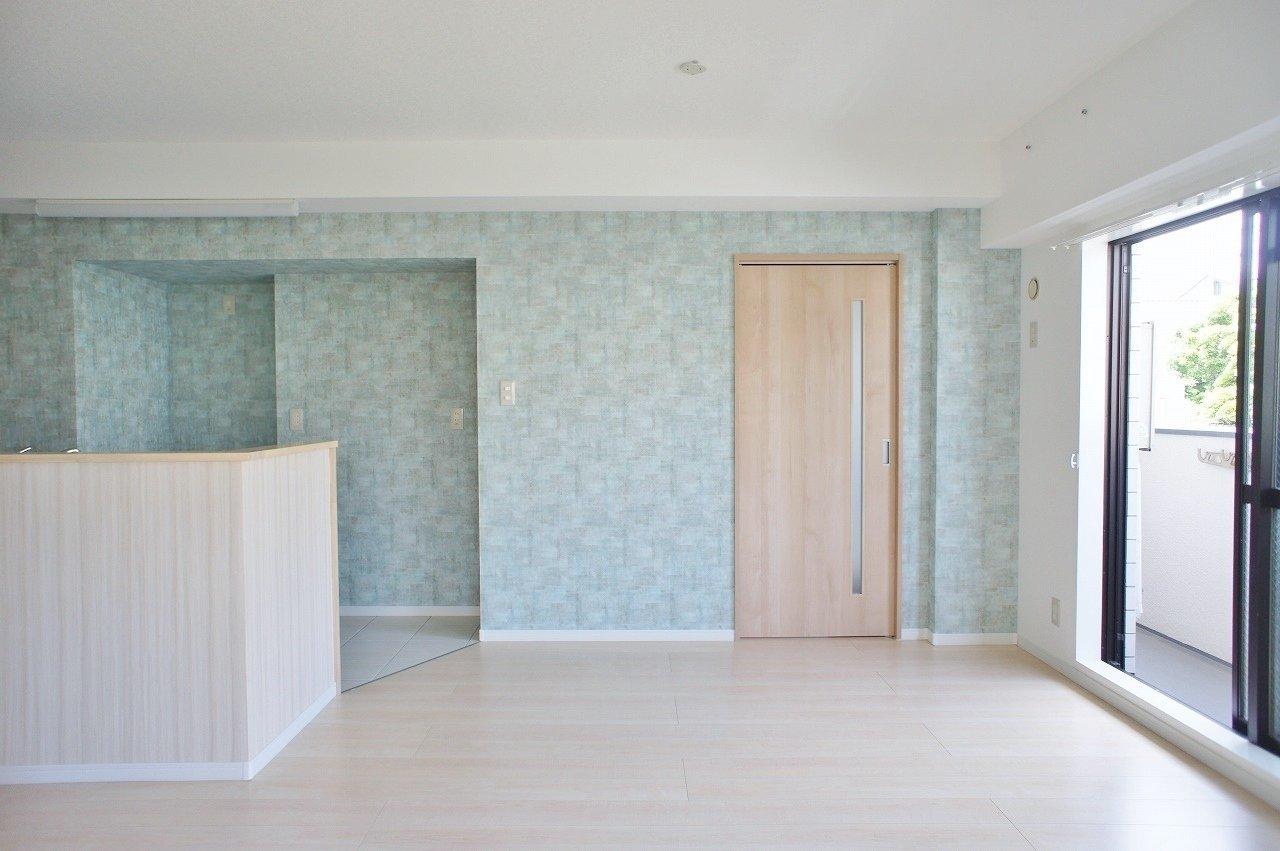 お待たせしました。西宮北口が最寄りの物件です。室内に入ってまず目に飛び込んでくるのは、なんといっても鮮やかな水色の壁紙。フローリングや扉など、全体的に白をベースカラーにしているので、青がとっても映える、爽やかな印象の物件です。