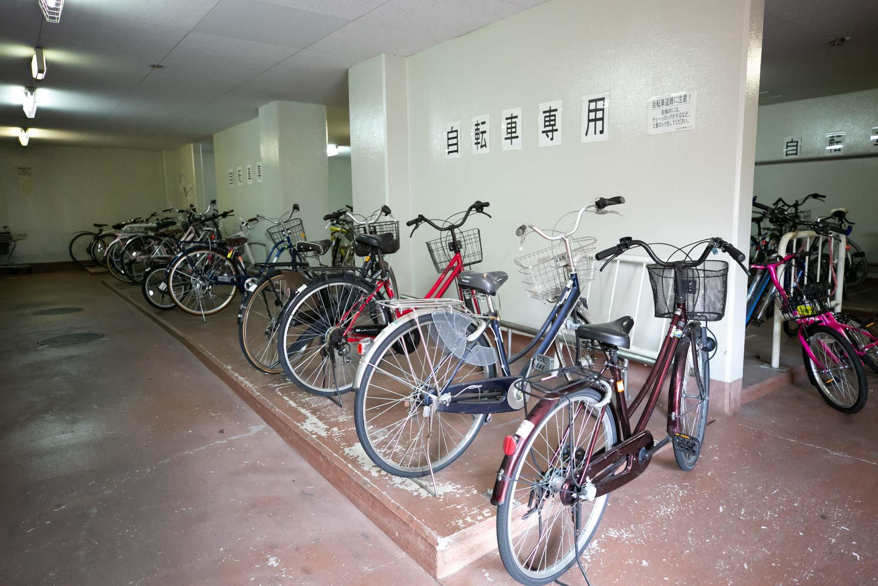 自転車、それに大型バイクまで無料で置くことができる、屋根付きのしっかりとした駐輪場。