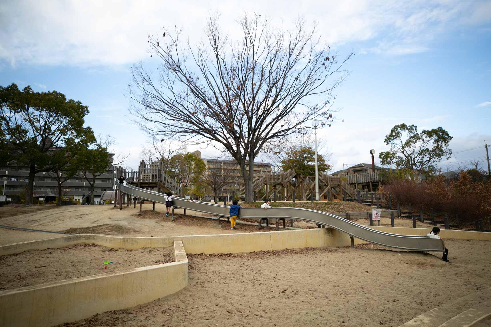 大きな公園もありました。小さなお子さんたちが元気よく遊んでいて、このエリアがファミリー世帯によく選ばれていることが伺えます。