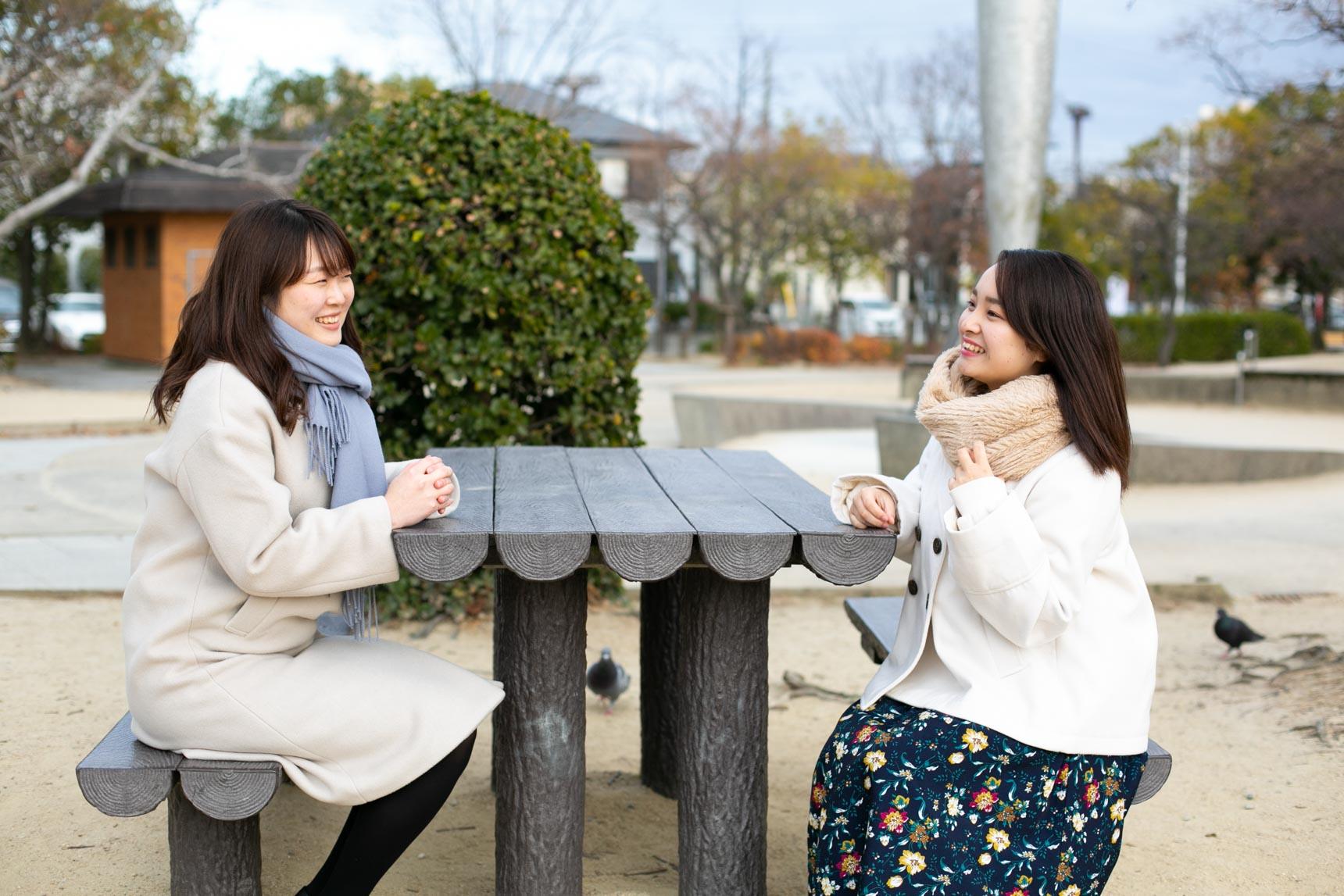 お話を聞かせてくれたのは、昨年春から関西大学に通う美羽(みう)さん(写真右)と、カレッジハイツディグニティーを管理するナジック学生情報センターの三浦さん(写真左)。