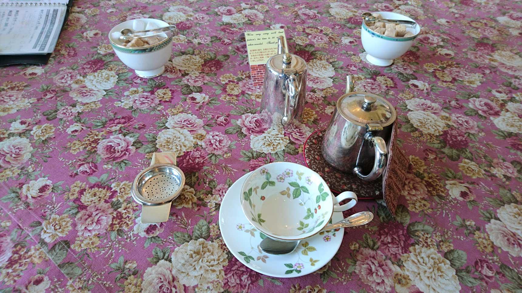 まずは紅茶がポットで提供されます。