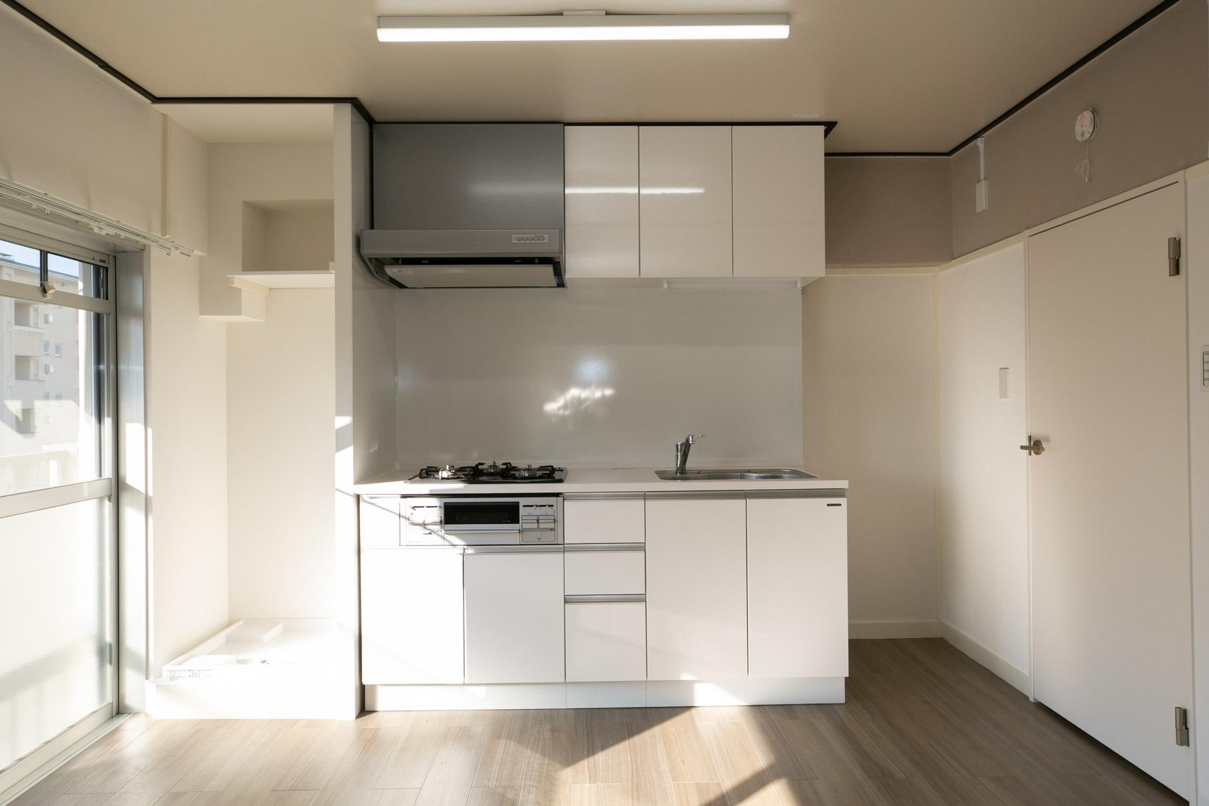 相生山団地のリノベルームでは、キッチンも新規交換済み。また、洗濯機置き場が今回から新たに設置されたことで、洗濯しながら料理もできます。洗濯物を干す際も、すぐ横がベランダですし、家事動線にとても配慮されているのが嬉しいですね。洗濯機上部の棚も洗剤置きなど重宝しそうです。