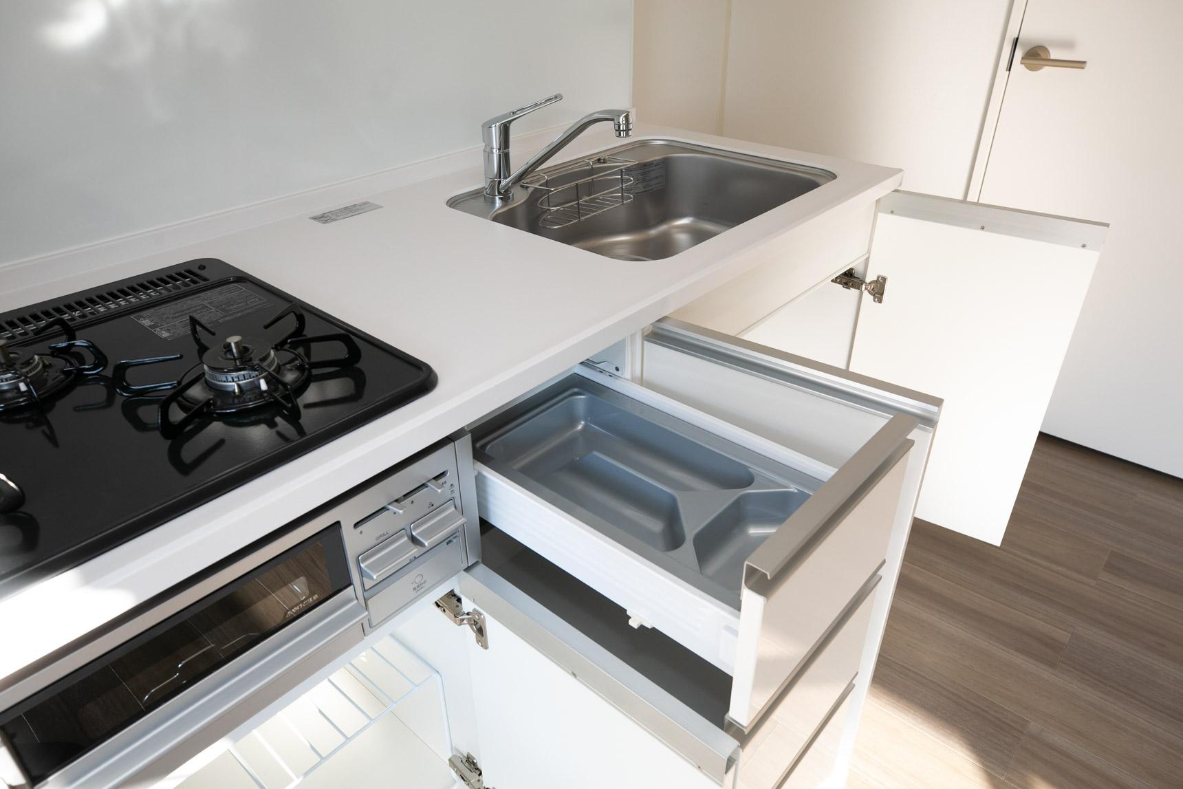 ガス3口の機能的なキッチン。真っ白のシンプルなデザインも、良いですよね。 キッチン奥はホーローパネルなので、ふき取り掃除も簡単です。