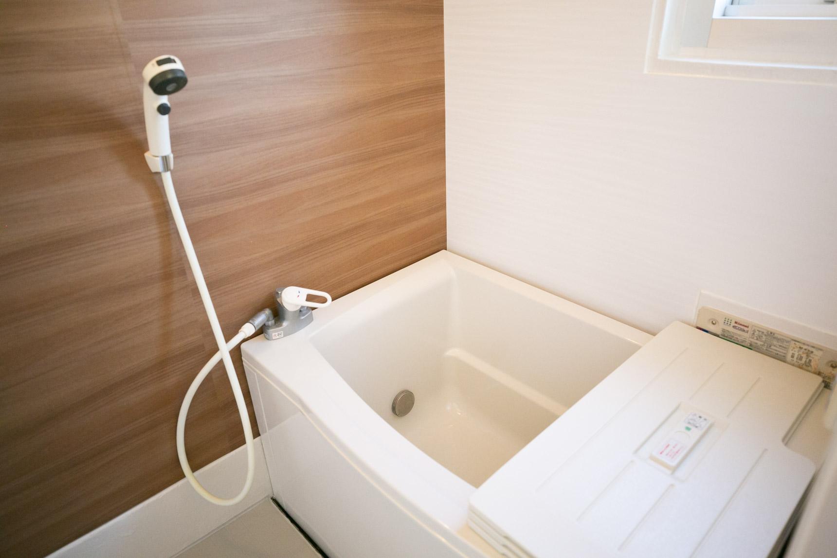 お風呂も浴槽がちょっとゆったりしたものに。壁にもシートが貼られて、見違えましたね。アクセントカラーも好印象です。