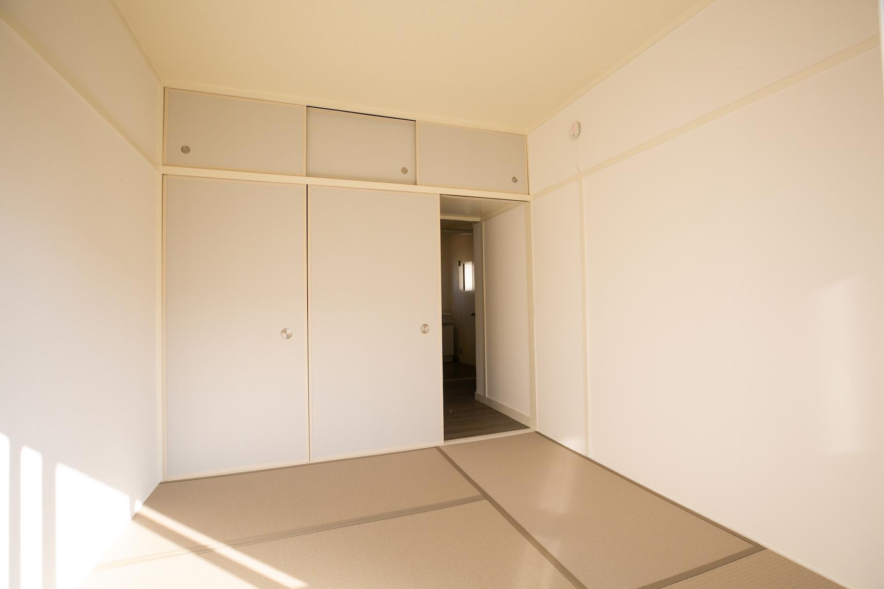 こちらがアフターのお部屋。「襖&畳」という要素は変わっていないのですが、カラー畳に変え、襖もちょっとおしゃれなデザインのものに変えたことで、だいぶモダンな印象になりました。これならあえてベッドを合わせてもうまくきまりそうです。