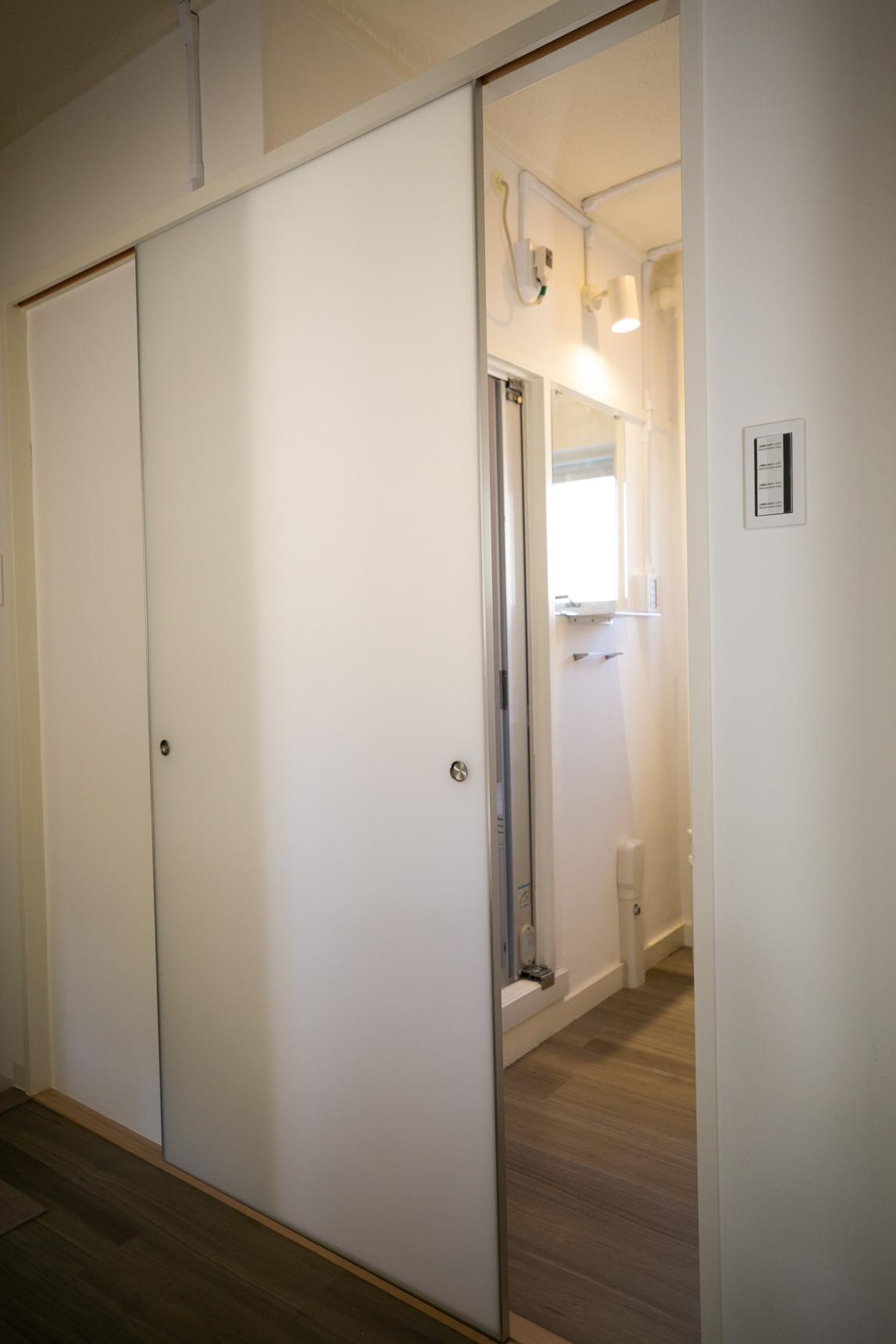 カーテンレールで仕切るタイプだった脱衣所入り口も、新しく引き戸がついていました。この引き戸もデザインが良くていい感じ。陽の光を通す、半透明ふすまが使われているそうです。