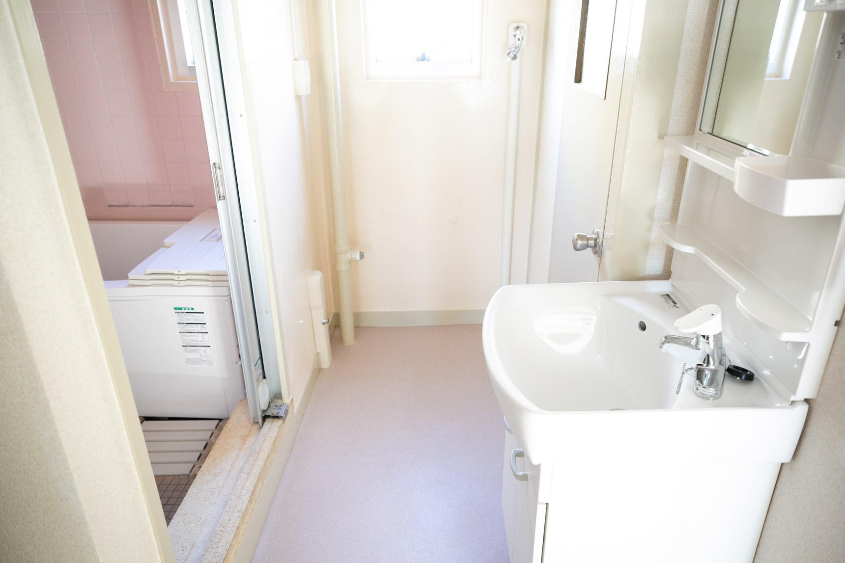 こちらは、ビフォアのお部屋。お風呂場のピンクのタイルなどちょっとレトロな昔ながらの雰囲気だったのが……