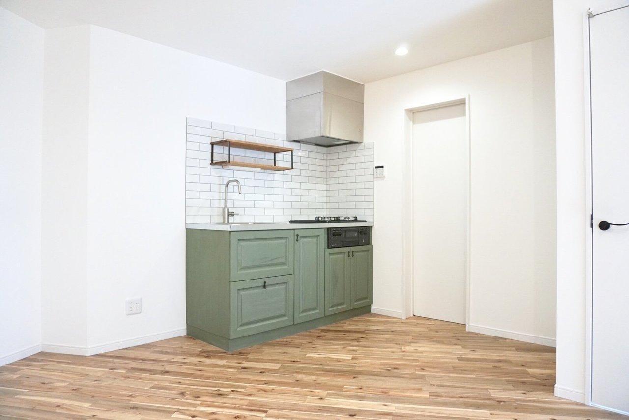 百合ヶ丘に登場した、全室デザイン性抜群の新築物件。何と言ってもこのキッチンですよね。なんて絶妙なグリーンなんでしょう。