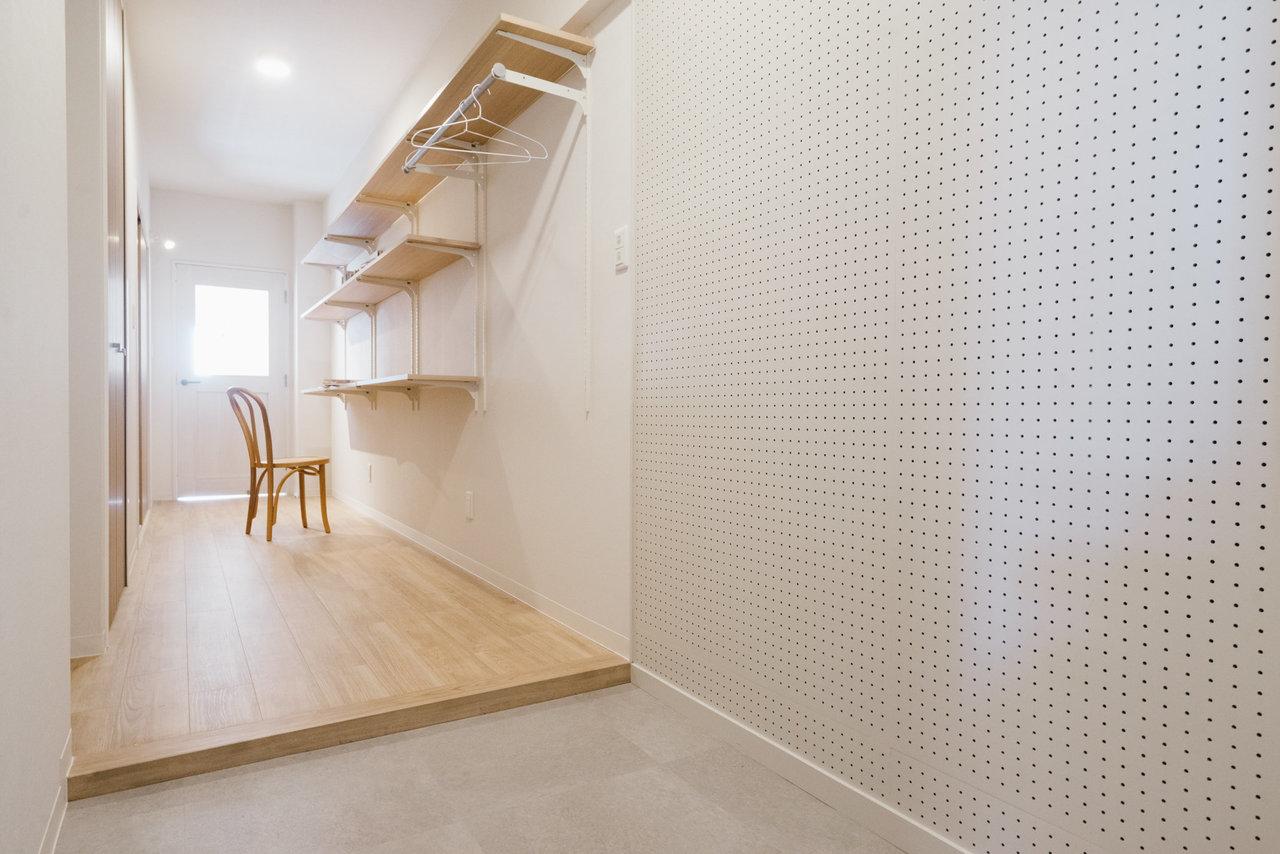 かなり広めの玄関と廊下には、有孔ボードと可動棚も付いているんです。こういうの憧れていたんだ。