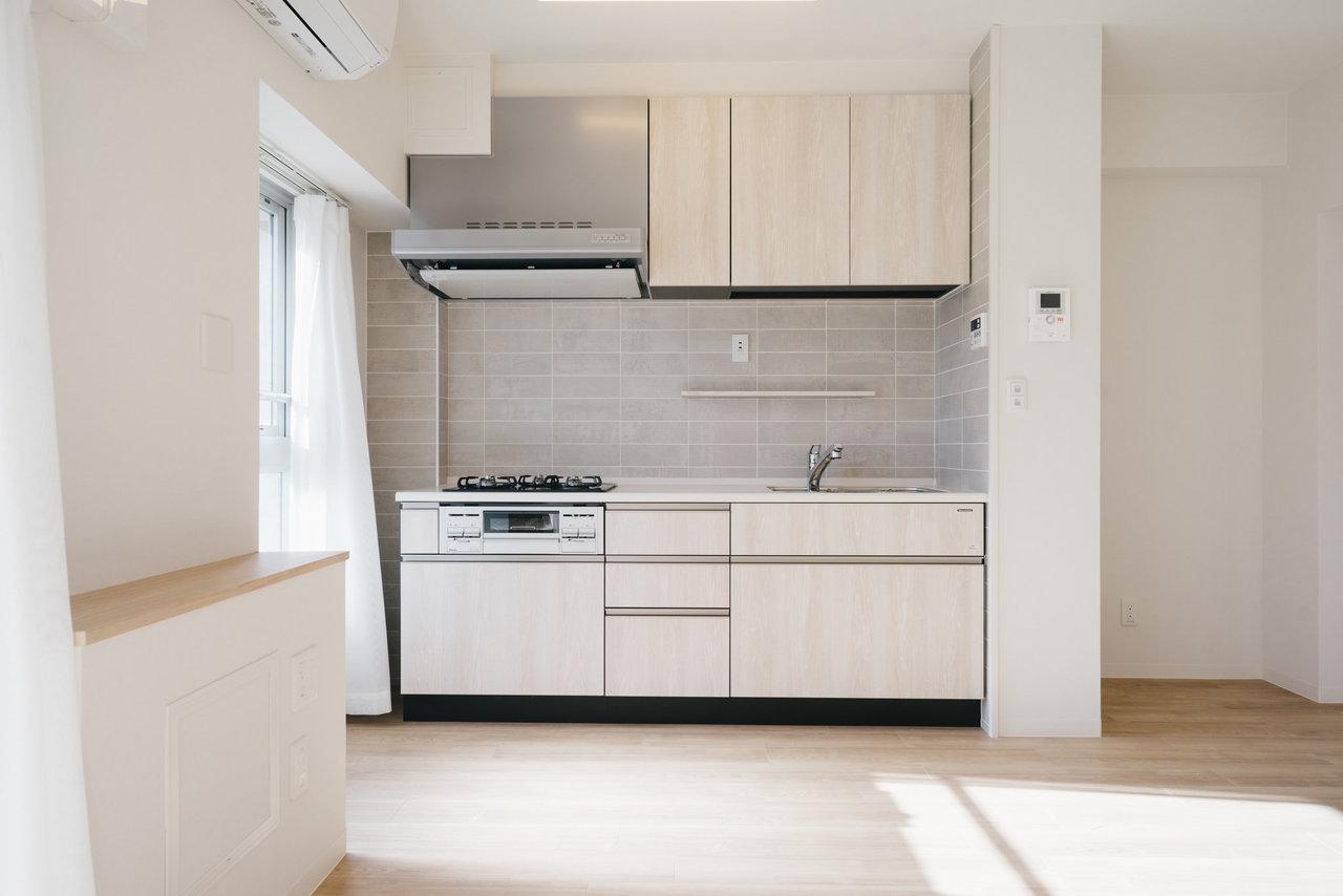 やわらかな色合いのデザインキッチン。壁に使われているのは本物のタイルでひとつひとつ色合いが異なります。使いやすそうで、デザインも良いなんてずるい。