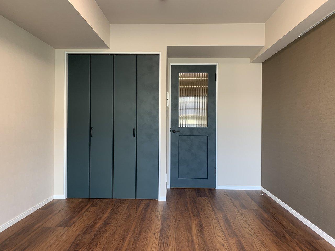 これまたすごく大人っぽい、深いグリーンの建具。ドアやクローゼットの色って自分では変えられないから嬉しいですよね。