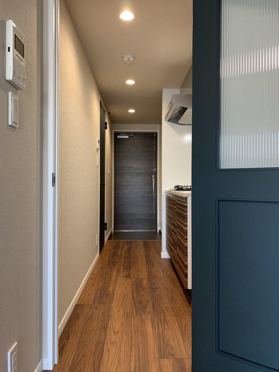 玄関〜お部屋までしっかり高級感あります。こちらも新築で、独立洗面台など設備面も充実してます。