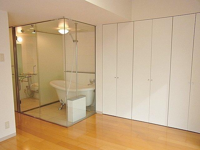 部屋からお風呂を眺めるつくり。ひとり暮らしのスケルトンバスルーム、結構開放感あっていいですよ。