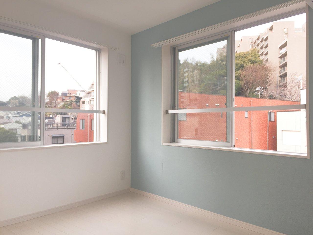 間取りだけならかなりコンパクトですが、見れば見るほど「結構いいかも…」て思ってしまうお部屋です。何しろ、ワンルームの3面に窓があってかなり開放感。