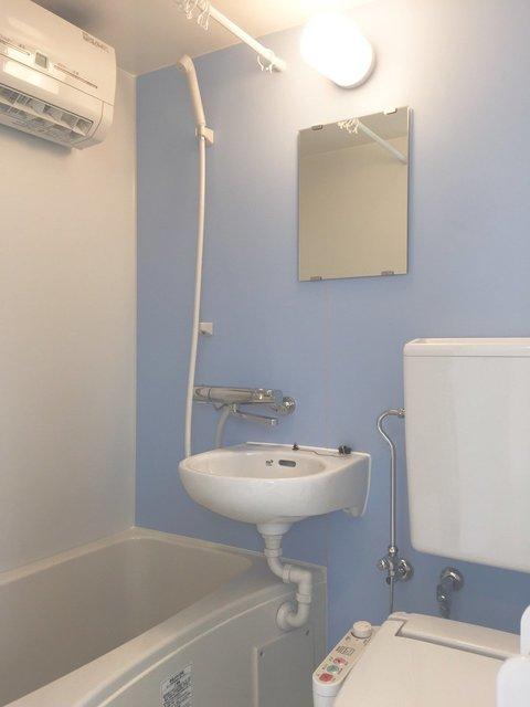 お風呂の壁の色もこの通り!パステルだけど、甘すぎない。絶妙です。