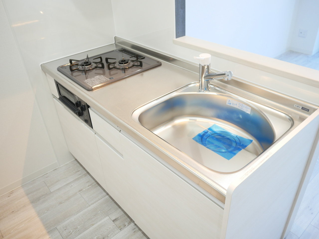キッチンも広々としていて、しかもカウンター式! 収納スペースも二人分の食器ならシンクしたでおさまりそうですね。