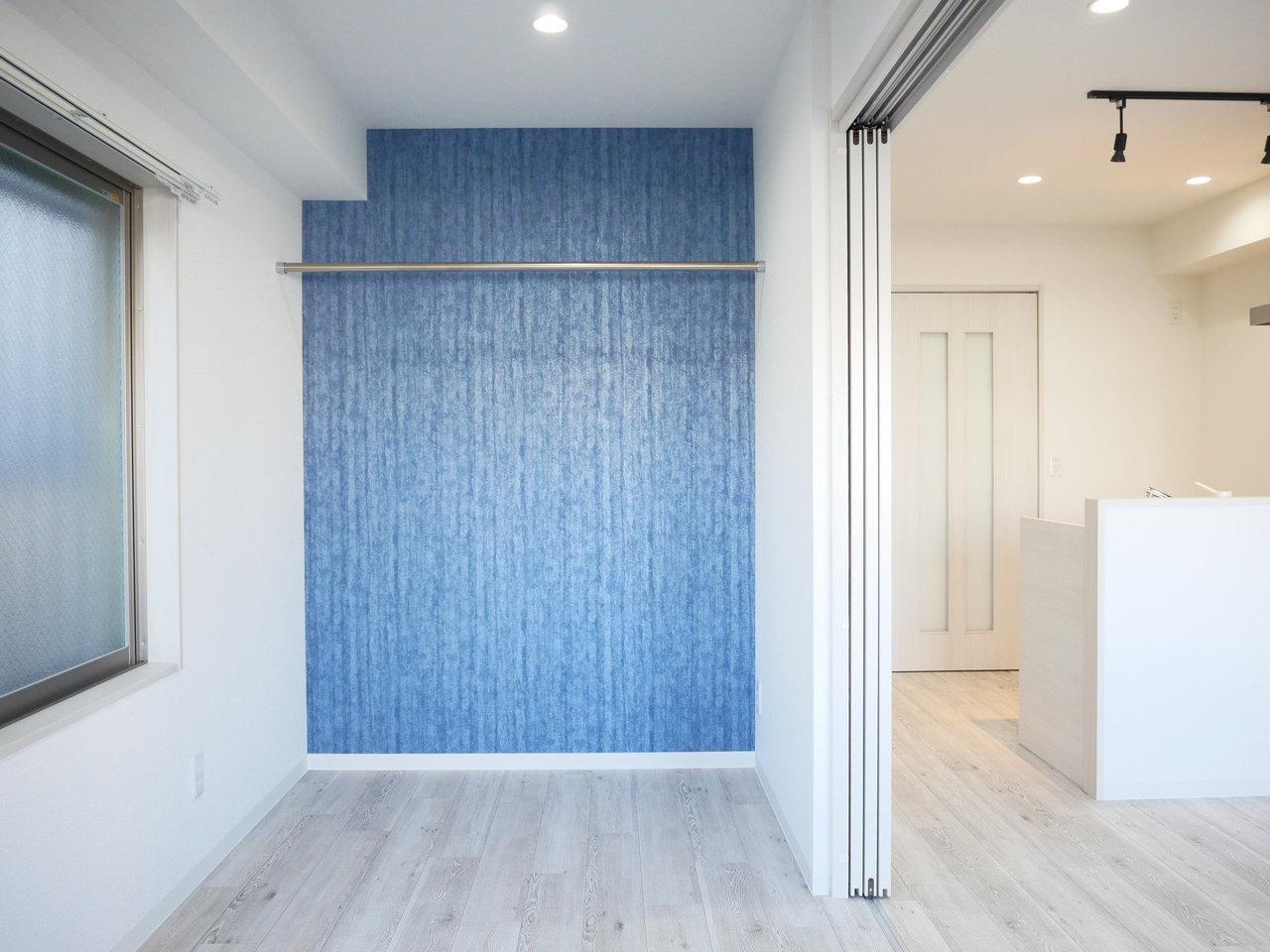 肝心の室内は、ブルーの壁紙が映える、白いフローリングが爽やかで気持ち良い感じ。一人暮らしでもOKですが、二人暮らしでも十分な広さです。間仕切りを閉じてもいいですが、開けていたほうが広々と使えてよいかも。