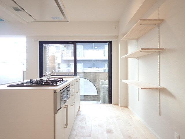 キッチンの背面には可動式の棚も取り付けました。キッチン用品や食材などをディスプレイして楽しめます。こだわり始めると止まらなくなりそう…自分だけの素敵なキッチンを作ってください。