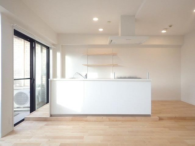対面式キッチンが主役のお部屋は贅沢な空間で、超大胆なリノベーションを行いました。 日本サイズを通り越して、まるで海外のようなキッチン。料理好きな方にはぜひ見に来てほしい…!
