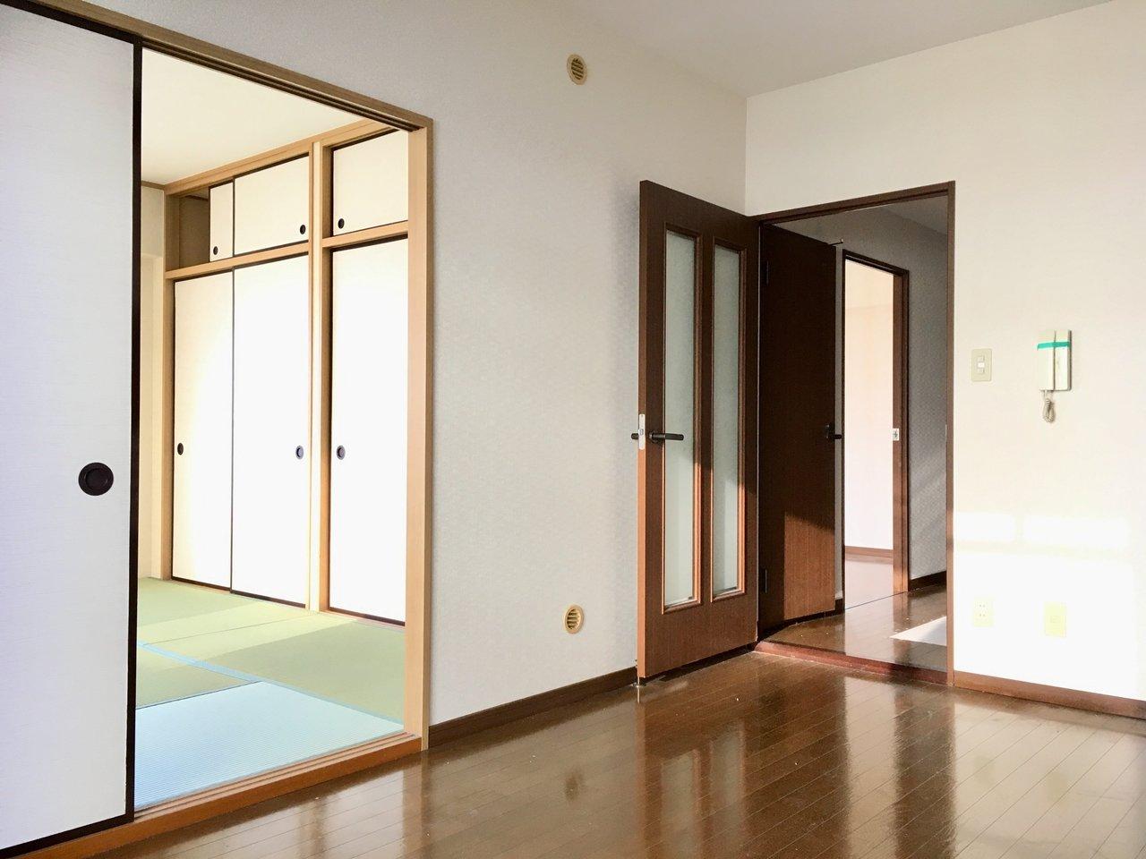 部屋のほうは、なにかと便利な和室を含む2DK。50㎡超とふたり暮らしにもゆとりある広さです。