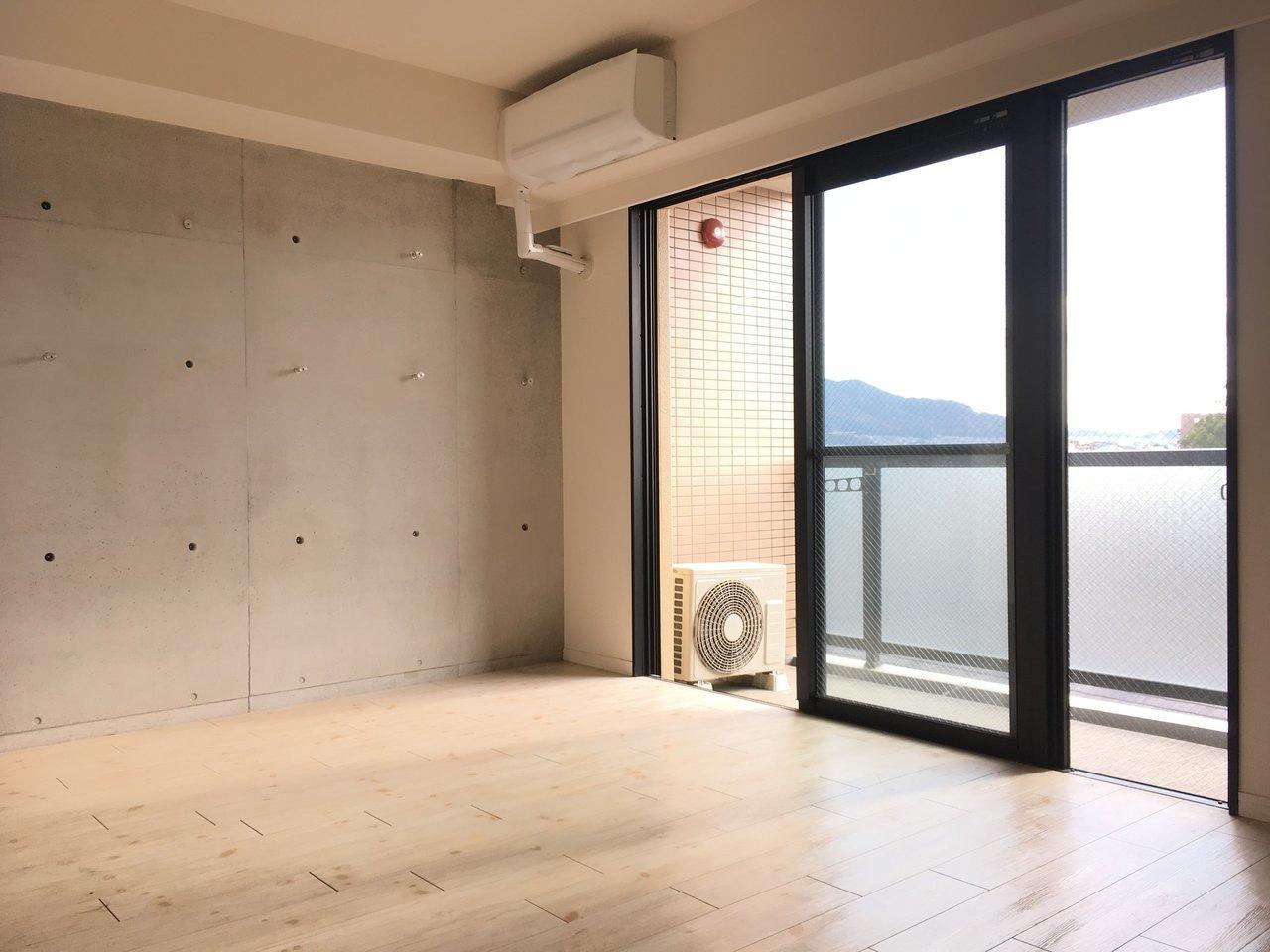 コンクリ打ちっ放しの壁と、大きめの窓が特徴のお部屋です。