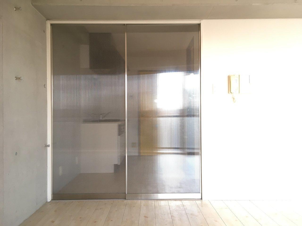 キッチンとの仕切りは光を通すように半透明。かっこいい。
