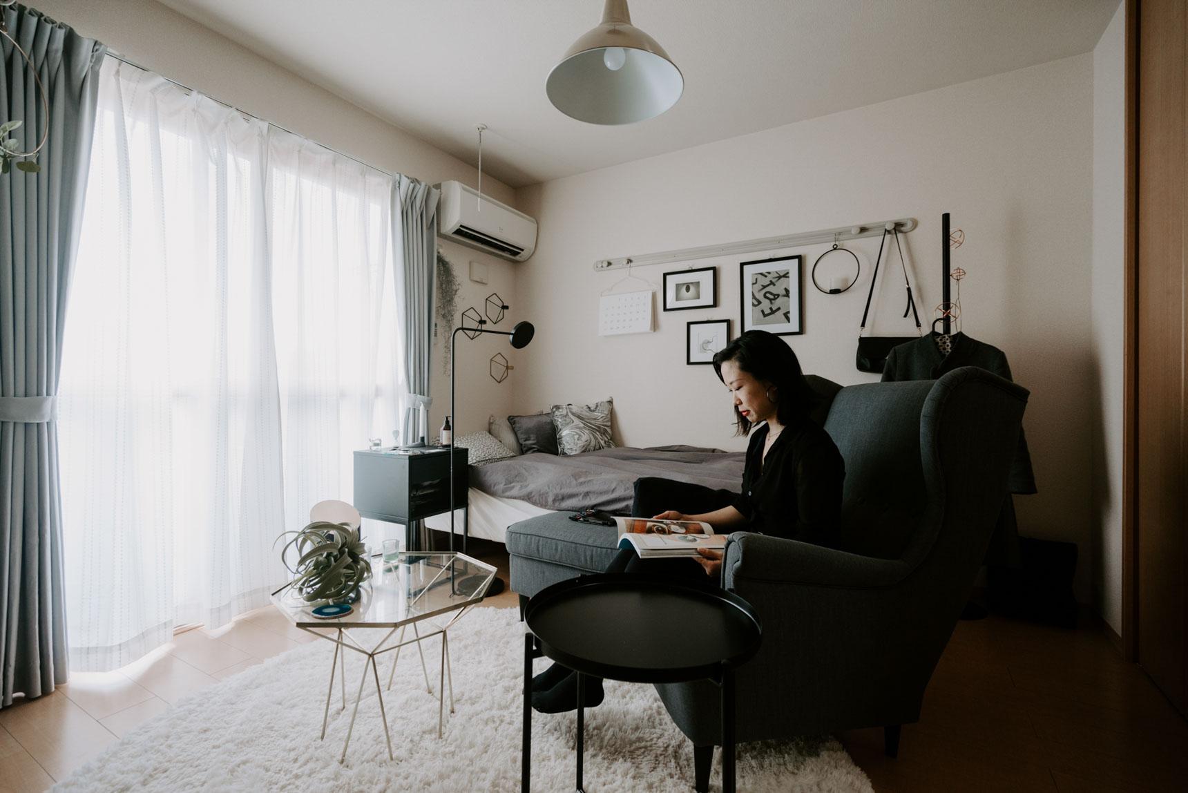 6.5畳ほどのお部屋ですが、ベッドと、大きな一人がけのソファを置いてもまだゆとりがあるように見えるのは、お部屋の中に生活感を感じさせるアイテムや、収納棚などがほとんど置かれていないせい。