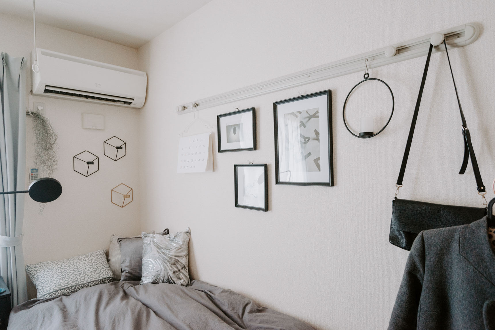 壁に飾られているものも、デザインセンスを感じるものが多いです。幾何学的な形が印象的なキャンドルホルダーはデンマークのmenuのもの。
