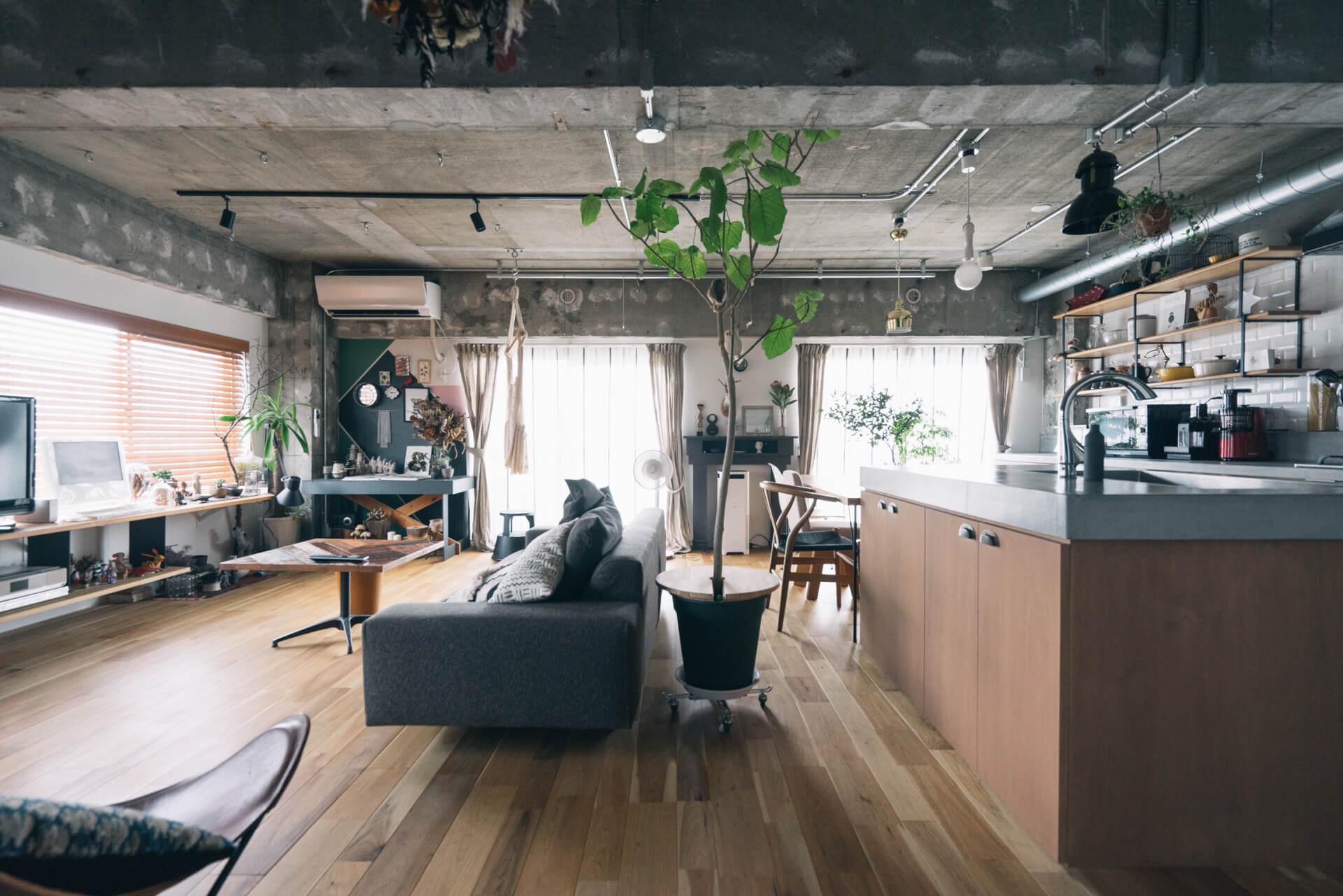 ふたり暮らしのasamiさんのお部屋。天井にライティングレールが張り巡らされたリノベーションLDKです。