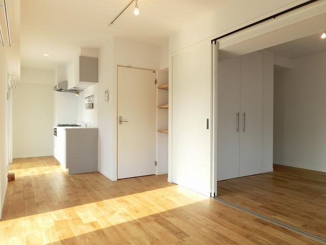 横長間取りのリビングは、部屋の奥まで光が届きやすい。