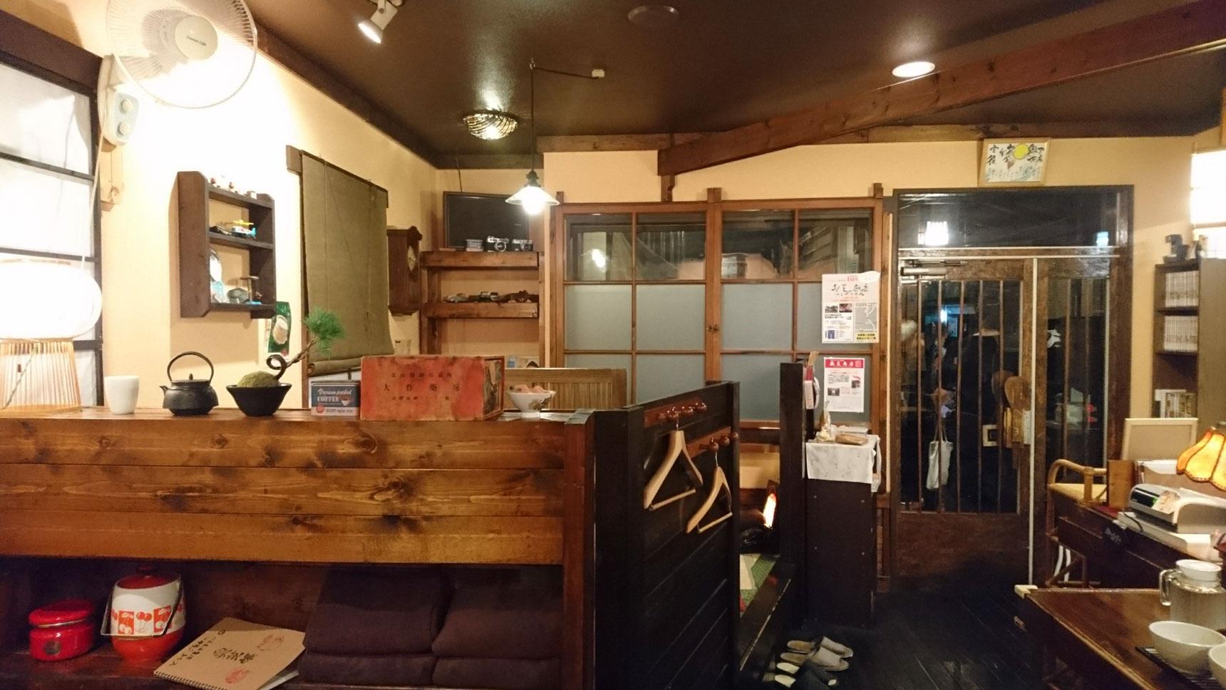 カウンター数席と、小上がり、テーブル席が2つのこじんまりとしたお店。