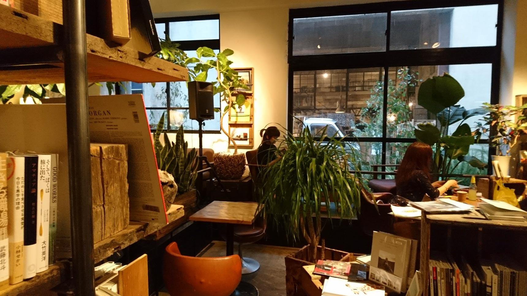 店内にある本も購入可能。植物に囲まれた空間でコーヒーとお菓子を楽しみながら、じっくり本を選ぶことができます。こういうのって魅力的。