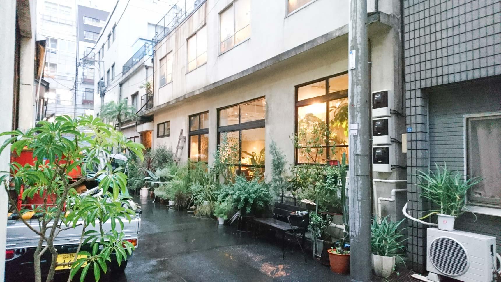 右側の建物は、本屋さんとボタニカルショップ、カフェ、そして家具や雑貨の販売スペースがあります。