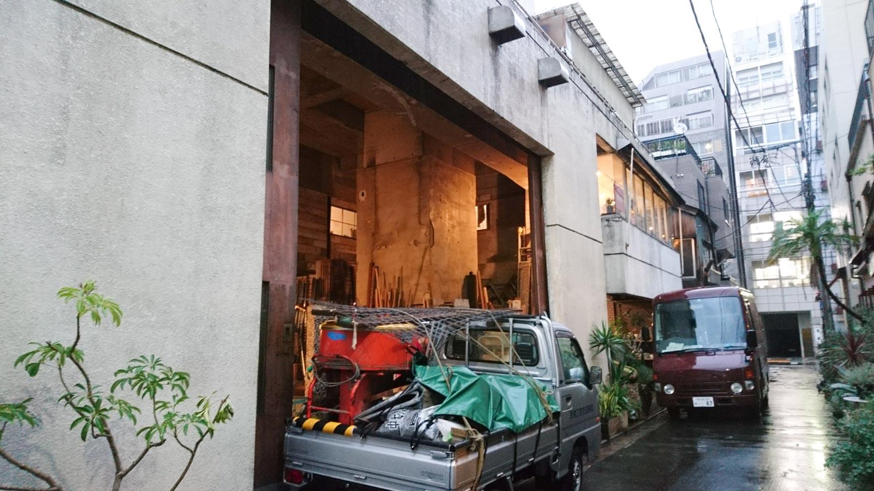 古いビルのリノベーションの経験から、廃材を利用・再生して家具や雑貨を販売。左側の建物は、その廃材の倉庫としても使われています。