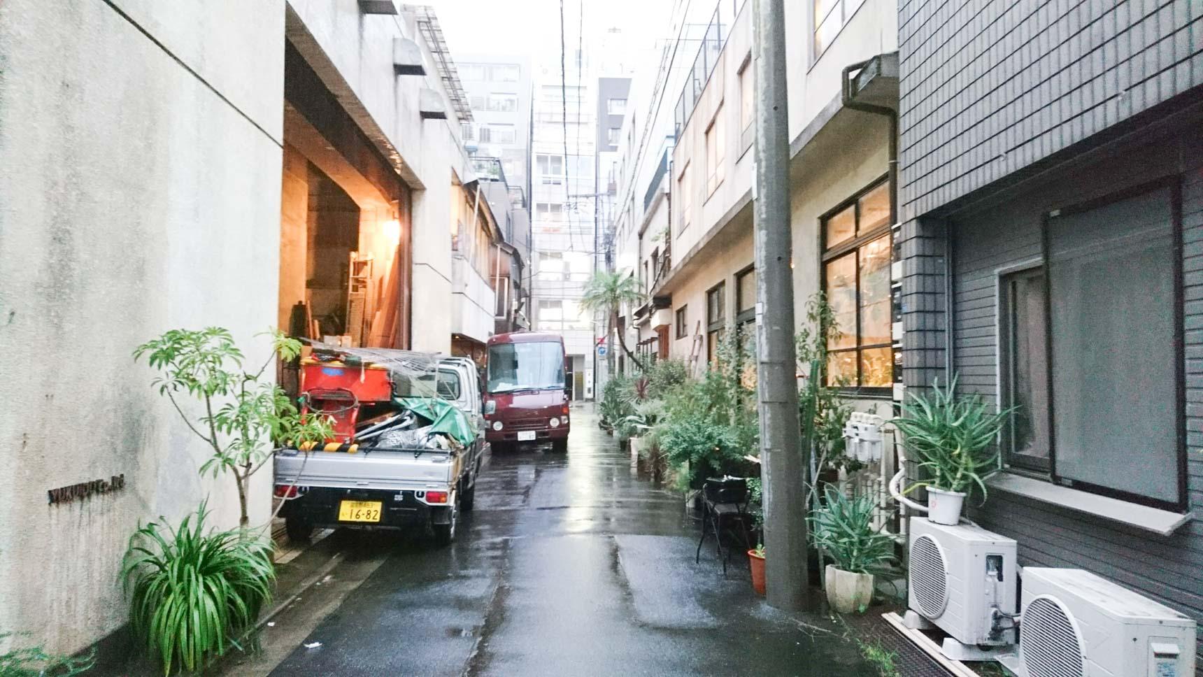 上野駅から徒歩3分ほどの裏路地。なにやら、植物がモサモサと集まった楽しげなビルがあります。