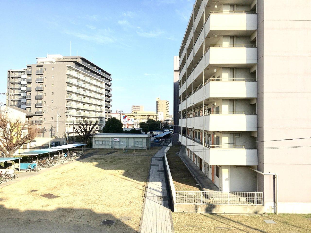 関目高殿駅から徒歩9分。梅田・天王寺までは乗り換えなしでアクセスが可能。さらになんばまでは約25分で行けます。都心に通う社会人の方におすすめしたいお部屋です。大通りから少し路地に入ると閑静な住宅街が広がっています。学校が多いのでファミリー層も多く 治安のいい街なんです。