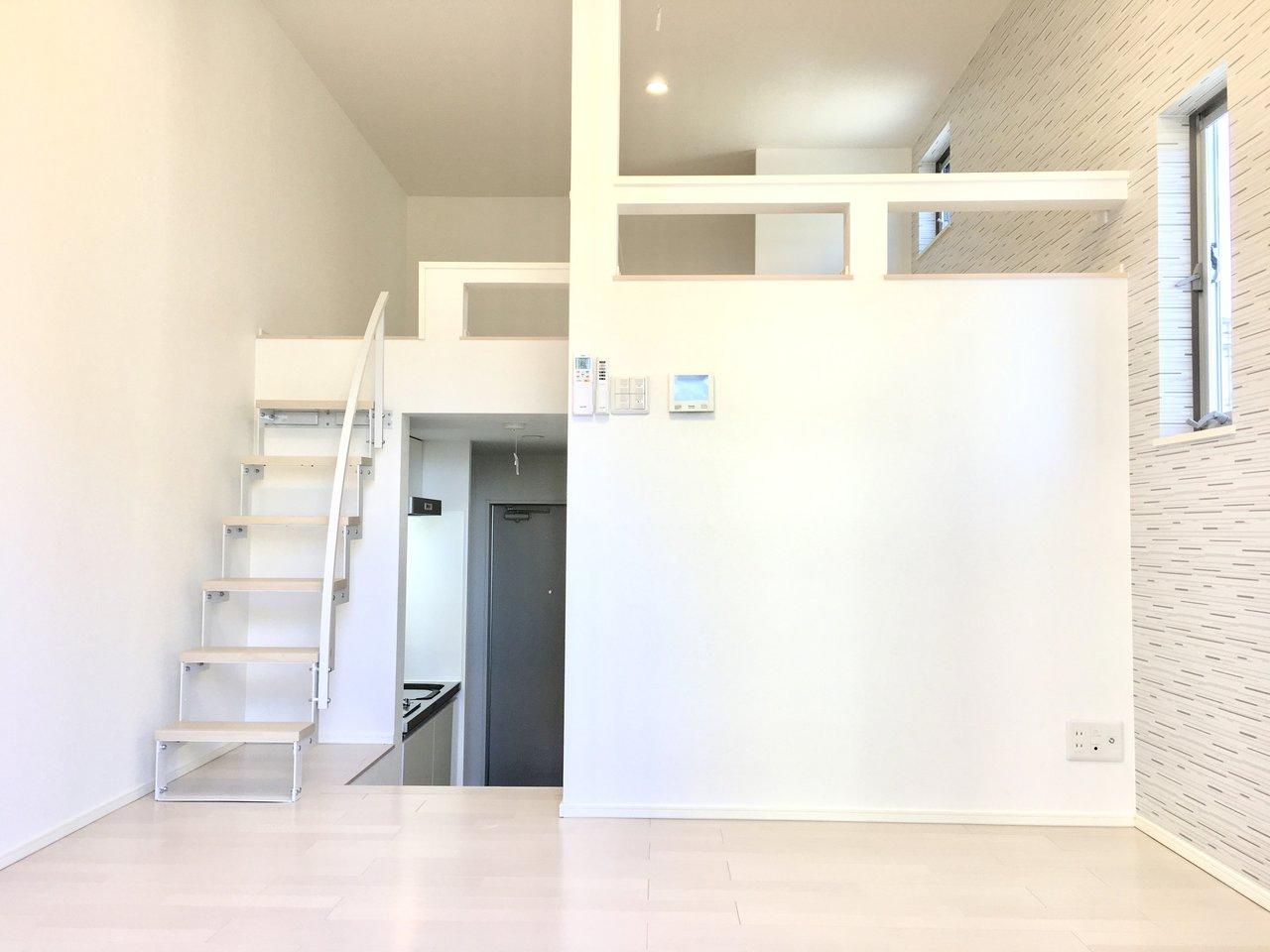 肝心のお部屋は1K・ロフト付きの間取りです。玄関を開け、キッチンを過ぎていくと小さな階段があり、そこに6.5畳のリビングが広がっています。ロフトがあるため、天井が高く、開放的な雰囲気のお部屋です。