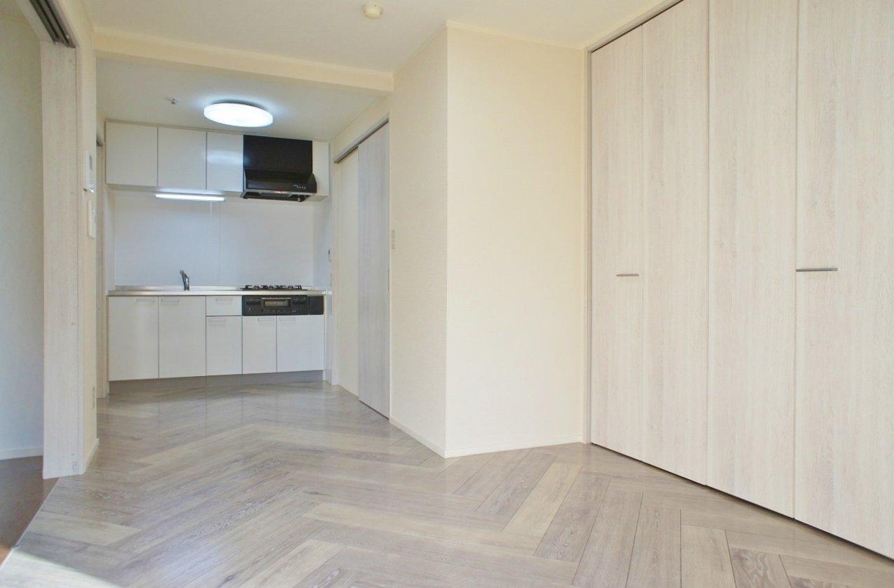 築42年という少々古めの物件のため、外観などに年季を感じますが、この部屋はきれいにリノベーションされており、まるで新築かのような気分で住むことができます。爽やかなアイボリー調の色合いで統一されたリビングではリラックスして過ごせそうですね。床のヘリンボーン柄も憧れていた方は多いのでは?
