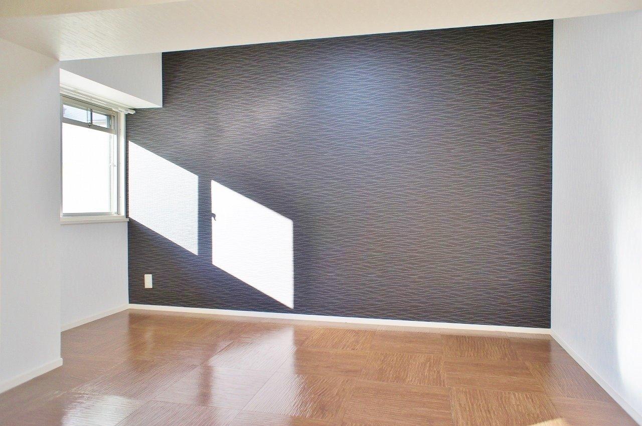 隣の洋室もこの通り。こちらはシックな色の壁紙を採用しています。寝室にして自分だけが一番心地よい空間をつくってみてください。
