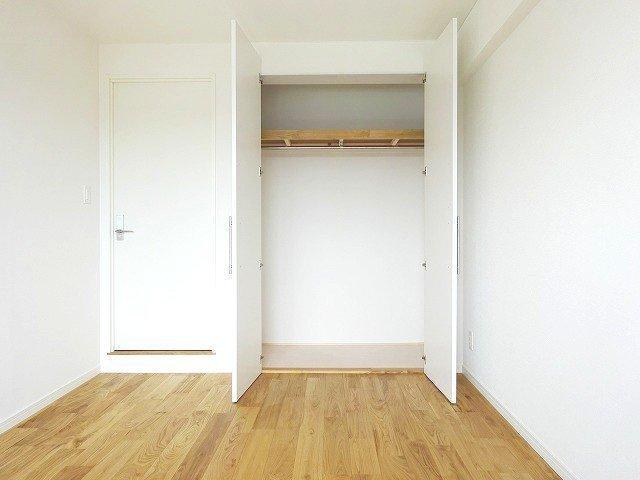 寝室側にも大きな窓があるので、朝日が降り注いで気持ちがよさそう。収納スペースも広いので、十分この中に2人分の荷物が入り切りそうです。
