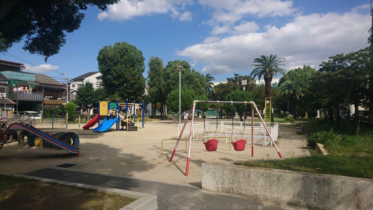 さらに、お部屋の前には公園が。季節を感じることのできる場所が近くにあるお部屋というものは、いいものです。いつかお子さんが生まれたら、すぐに遊びに行かせることもできそうですね。