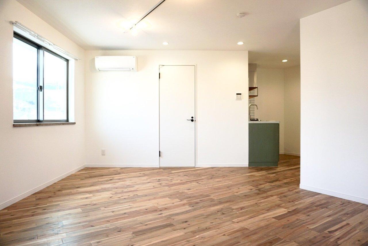 百合ヶ丘駅徒歩3分。新百合ヶ丘へも徒歩16分と、アクセスの良い新築です。グリーンのキッチンに、無垢フローリング。自然と穏やかな暮らしがイメージできる、1LDK。